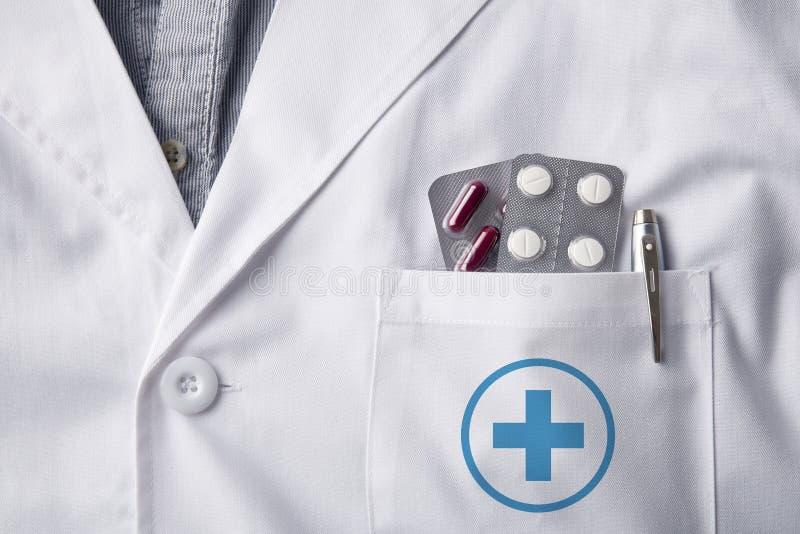 Toga arts met blarenpillen in zak stock afbeelding