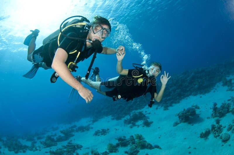 Togeather de la zambullida del equipo de submarinismo del hombre y de la mujer foto de archivo