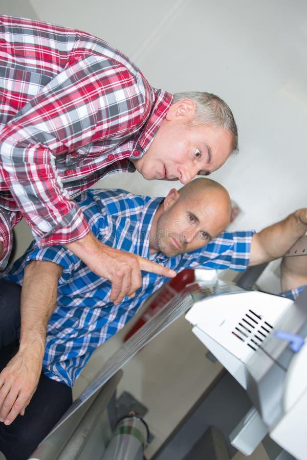 Togeher инженера и ремонтника топления работая стоковое фото rf