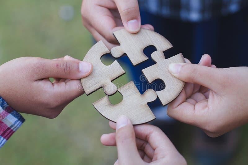 企业概念,小组商人聚集的拼图和代表队支持和帮助togethe 图库摄影