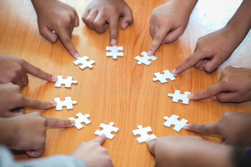 企业概念,小组商人聚集的拼图和代表队支持和帮助togethe 免版税库存照片