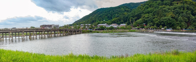 Togetsukyo Bridge and Katsura River in Arashiyama, Kyoto, Japananorama lizenzfreie stockfotografie