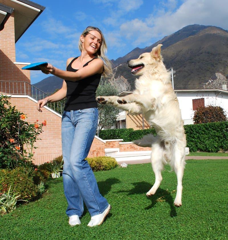 Togheter del gioco della ragazza e del cane fotografia stock libera da diritti