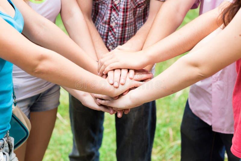 Toghether delle mani degli anni dell'adolescenza immagine stock