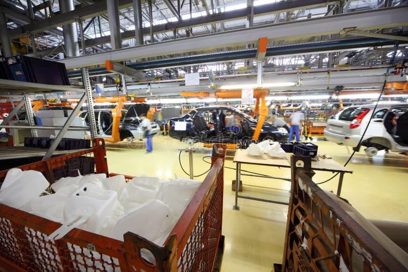 Агрегат автомобиля, работники на фабрике Avtovaz стоковые фотографии rf