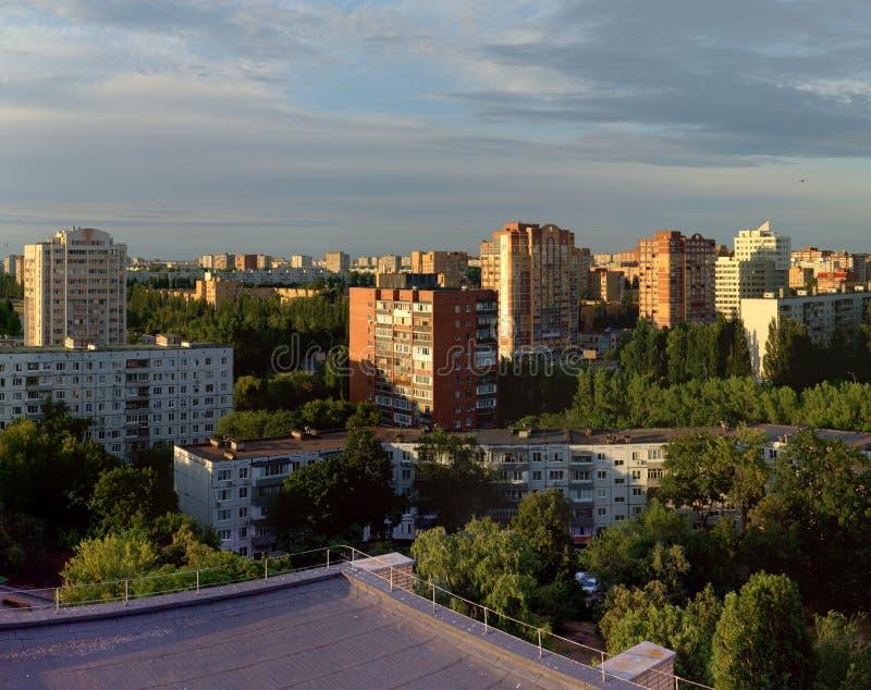 Togliatti, регион самары, Россия - 8-ое июля 2019: Выравнивать взгляд района Avtozavodsky в лучах заходящего солнца стоковые фото