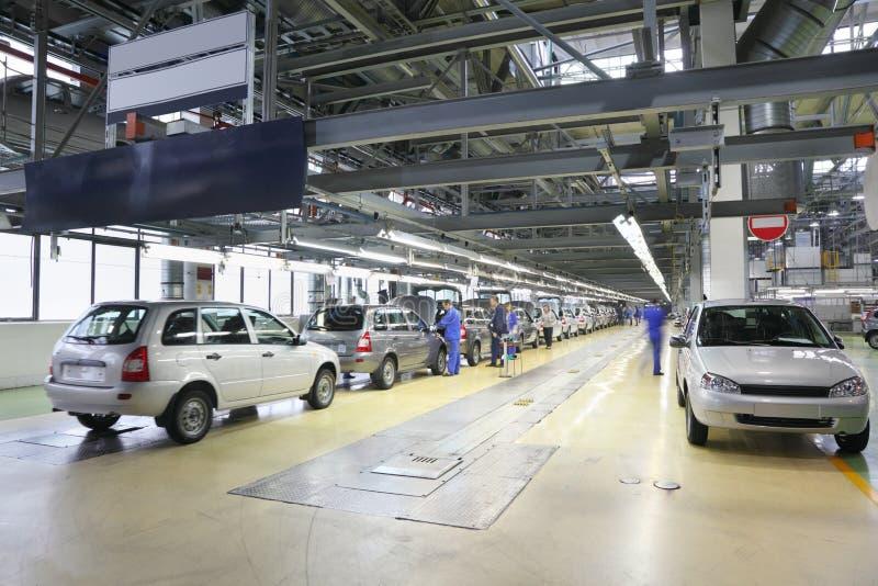 Carros na cadeia de fabricação na fábrica de Avtovaz foto de stock royalty free