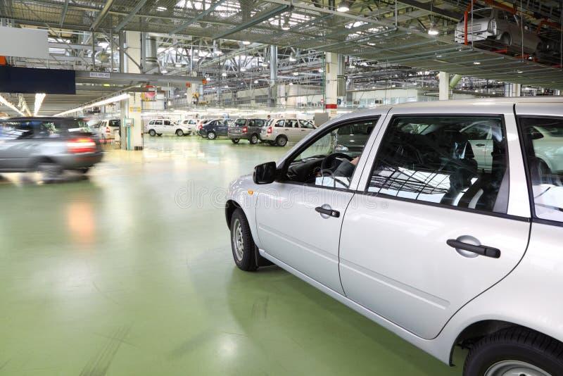 Os carros de Lada Kalina vão no salão na fábrica imagem de stock royalty free