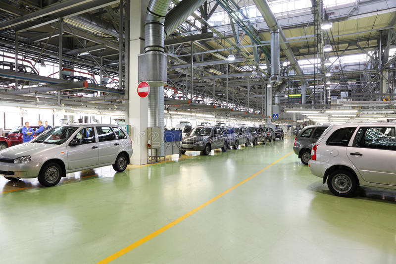 Salão com carros Lada Kalina na fábrica imagens de stock royalty free