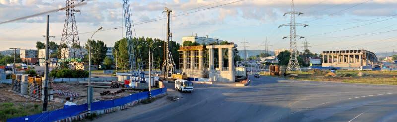 Togliatti, região do Samara, Rússia - 1º de julho de 2019: Vista panorâmica da manhã da junção de estrada sob a construção imagem de stock