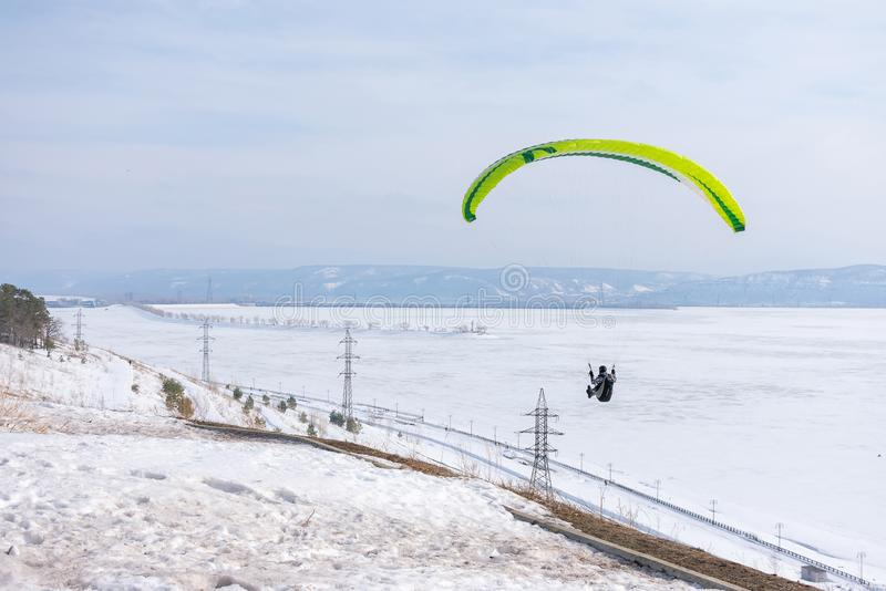 Togliatti, Rusia - 10 de marzo de 2019 Paragliding en el fondo del cielo azul imagen de archivo libre de regalías