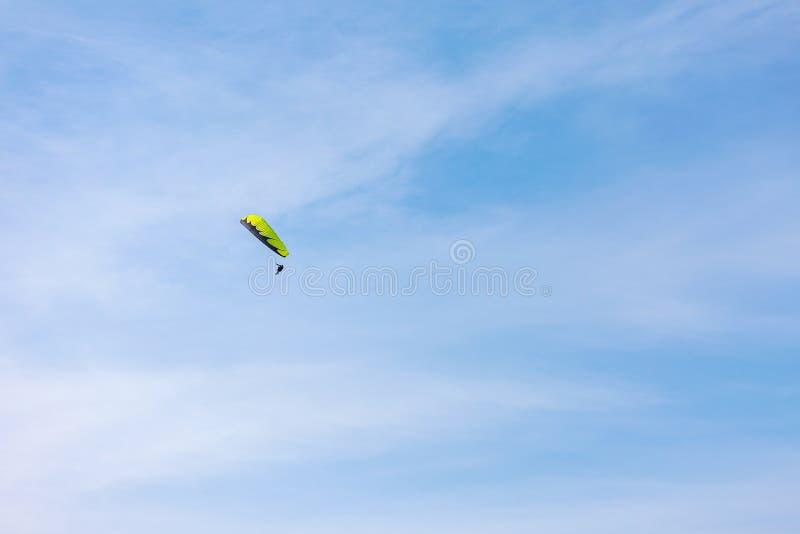 Togliatti, Russland - 10. März 2019 Gleitschirmfliegen auf dem Hintergrund des blauen Himmels lizenzfreie stockbilder