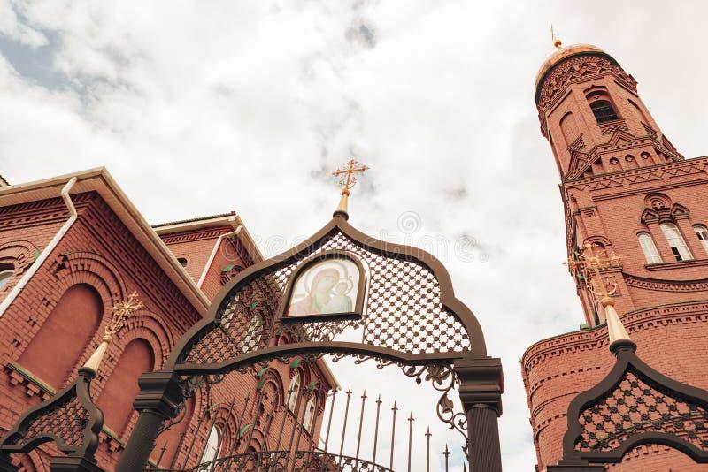 Togliatti, Ryska federationen, 15 juni 2019, den ortodoxa kyrkan i Kazanikonen för Guds mor royaltyfria bilder
