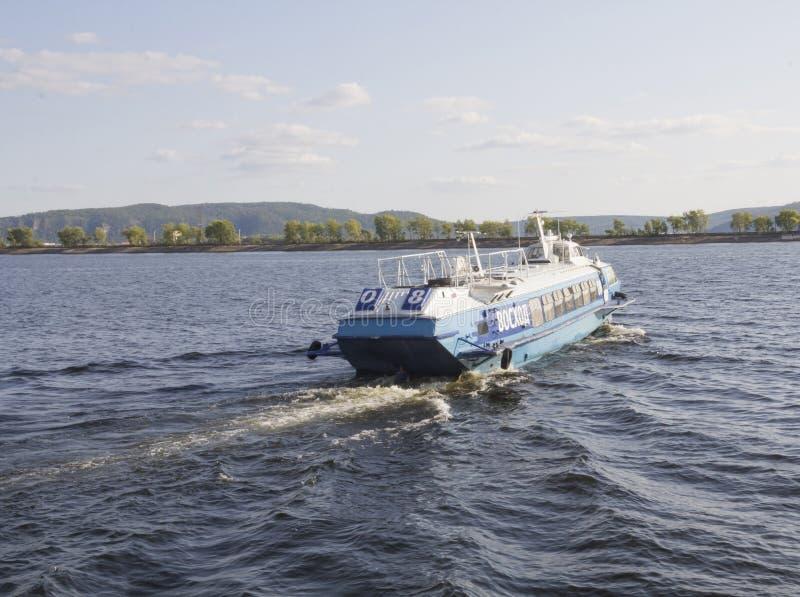 Togliatti Ryssland - Augusti, 26, 2018: Bärplansbåtar för flodfartyg avgår från pir Navigering, vattenlopp och reklamfilmtranspo royaltyfria bilder