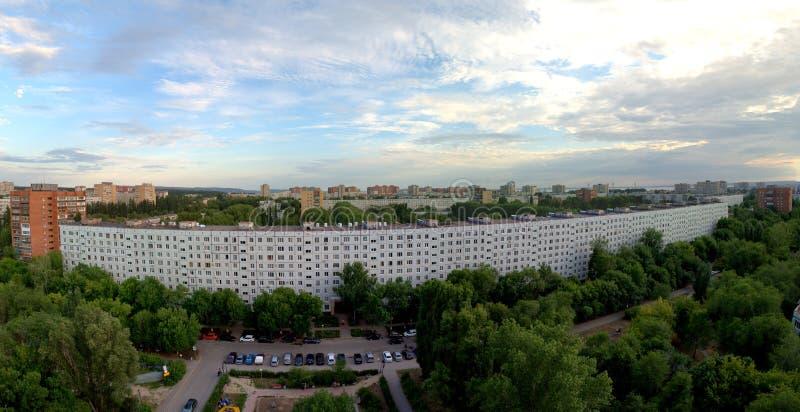 Togliatti, Samara Region, Rússia - 8 de julho de 2019: Nivelando a vista da construção residencial imagens de stock royalty free