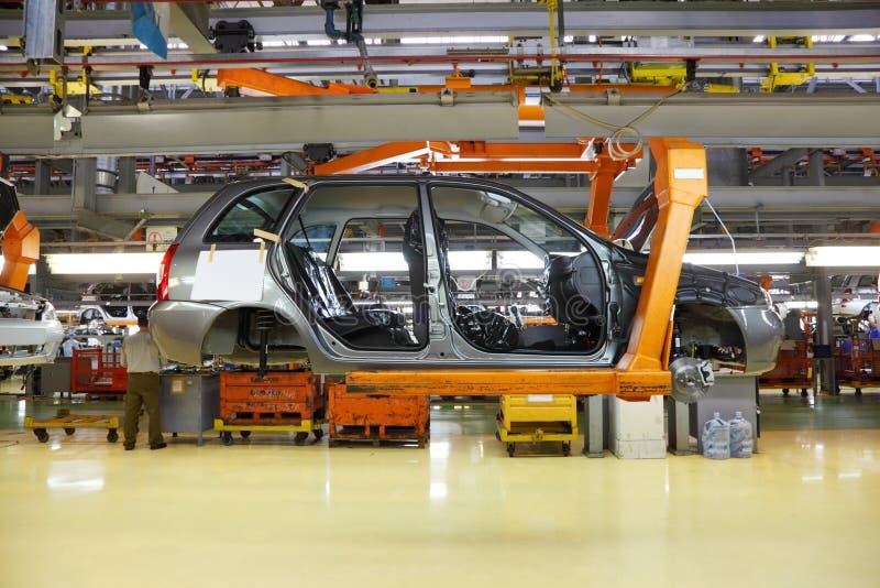 Förkroppsliga av passagerarebilar på den Avtovaz fabriken royaltyfria foton