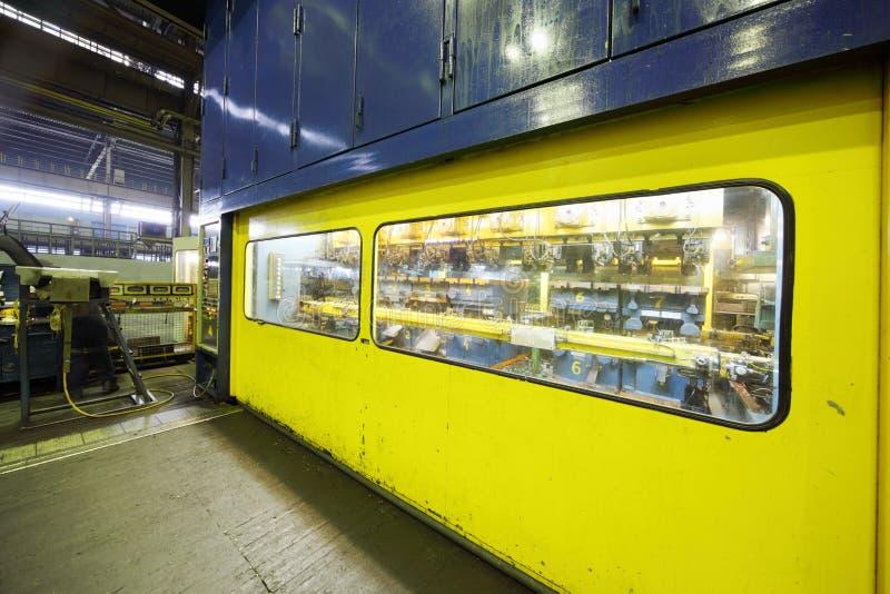 Kabine, zum der Maschinerie an Avtovaz Fabrik zu steuern lizenzfreie stockfotografie