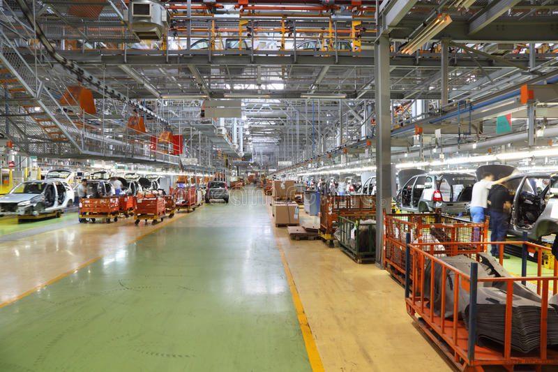 Atelier avec des chaînes de montage de voiture à l'usine images libres de droits