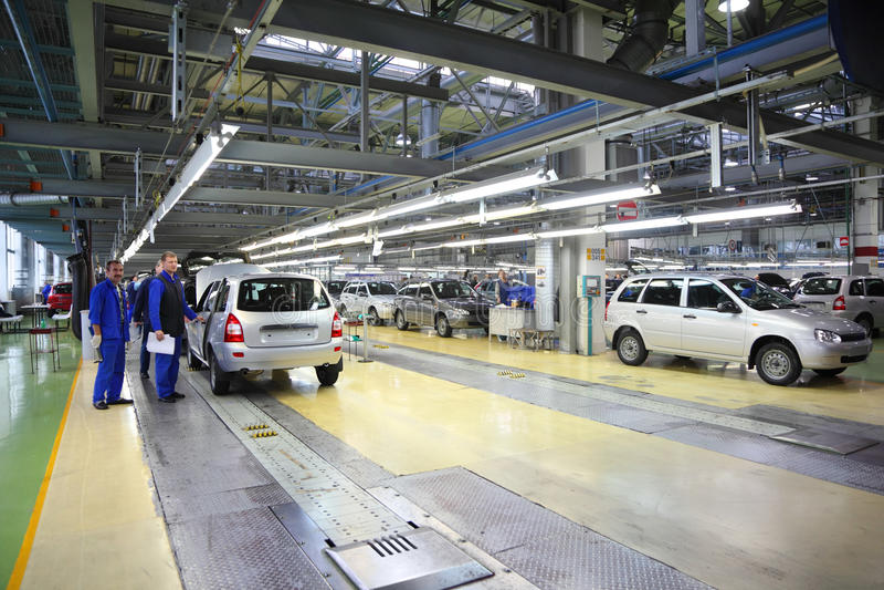 Pracownicy Lada Kalina przy fabryką i samochody obrazy stock