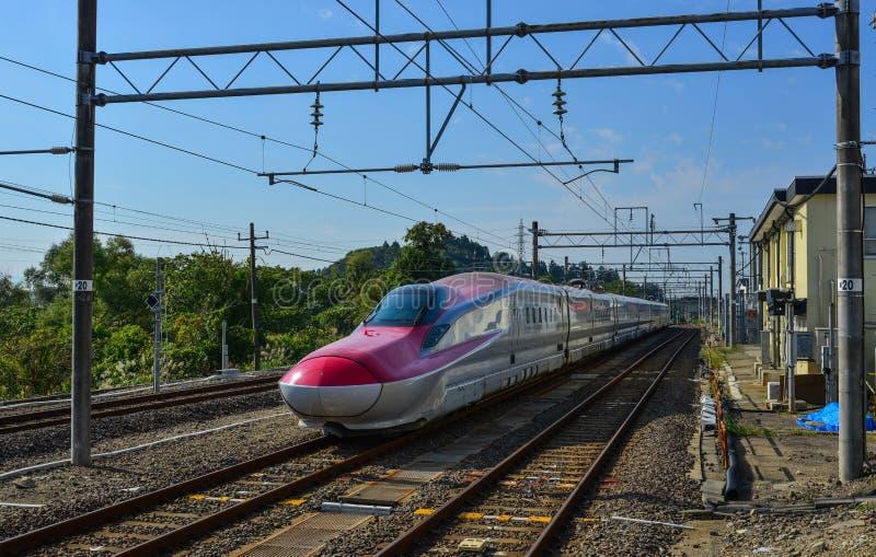 Tohoku Shinkansen en la vía foto de archivo