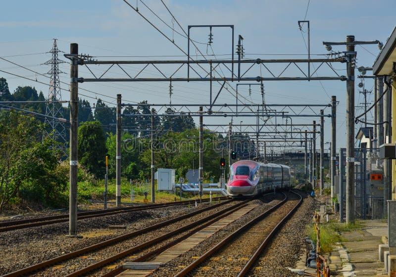 Tohoku Shinkansen en la vía imagen de archivo libre de regalías
