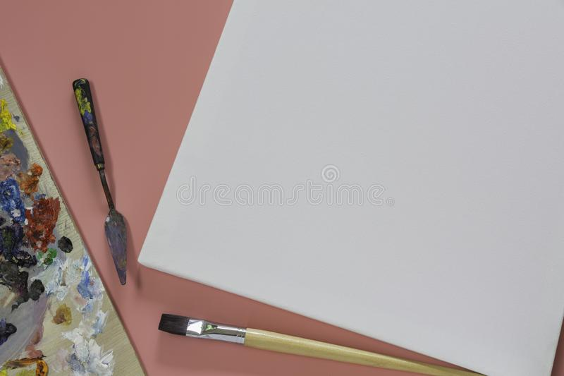 Toile avec des brosses pour l'?quipement d'Artistic d'artiste et la toile vide photographie stock libre de droits