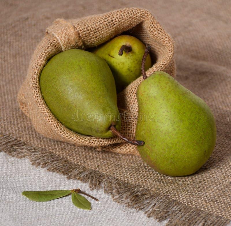 Toile de jute fraîche de lin de la poire trois de fruit rustique vert de style organique photos stock
