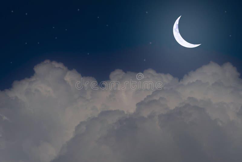 ?toiles, nouvelle lune et cumulonimbus dans le ciel nocturne images stock