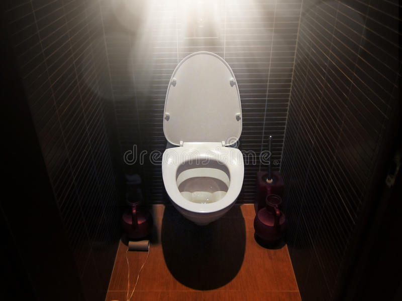 Toilet in de badkamers met zonlicht, een droom om naar het toilet, diarree te gaan royalty-vrije stock afbeelding