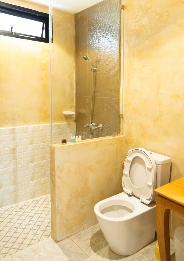 Toilet in de moderne badkamers, Binnenlandse comfortabele badkamers stock foto