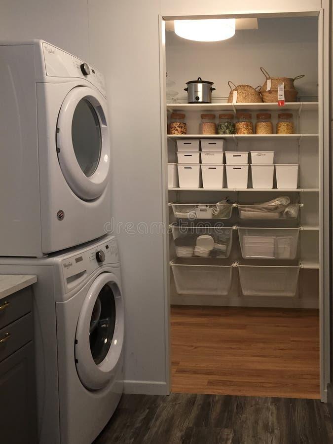 Toilet en kastontwerp bij opslag IKEA royalty-vrije stock afbeeldingen