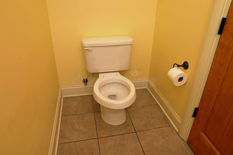 Toilet met zetel, in huisbadkamers die wordt verwijderd stock foto's