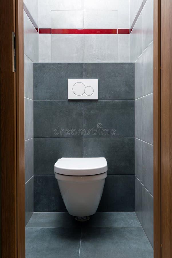 Toilet In Moderne Kleine Badkamers Stock Afbeelding - Afbeelding ...