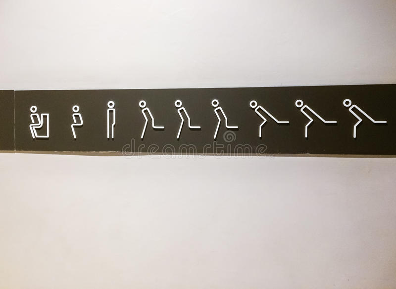 Toilet& x28; restroom& x29; movimiento del símbolo en la tienda del apartamento, foto de archivo