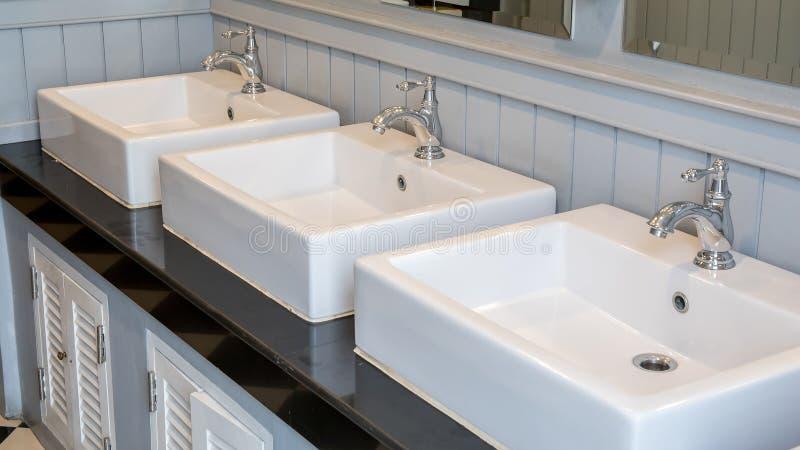Toiletbadkamers en gootsteen drie stock afbeelding