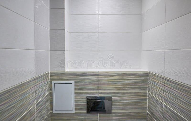 Toiletontwerp met ingebouwd toilet Het ingebouwde toilet wordt gemaakt aangezien een installatie, alle elementen, behalve het toi stock afbeeldingen