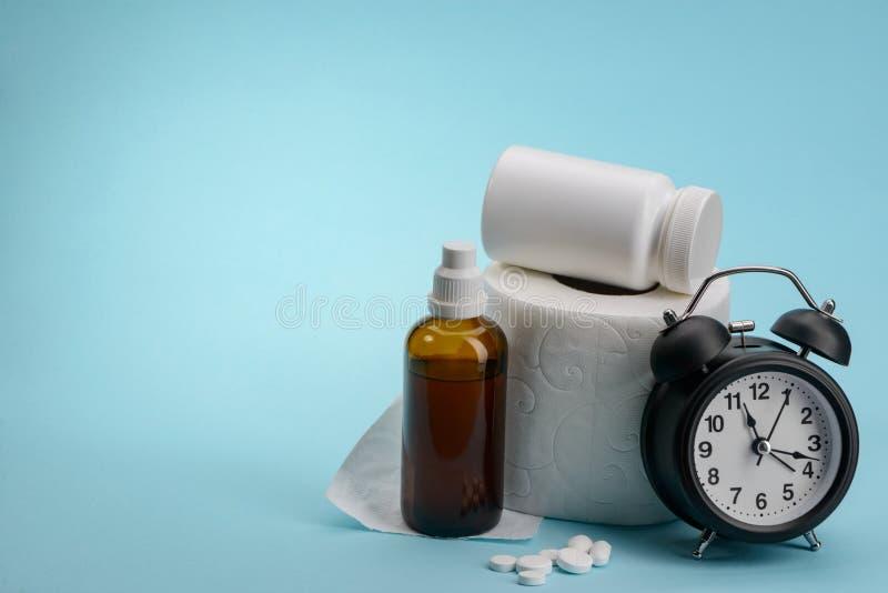Toiletpapier, geneeskunde en klok royalty-vrije stock foto