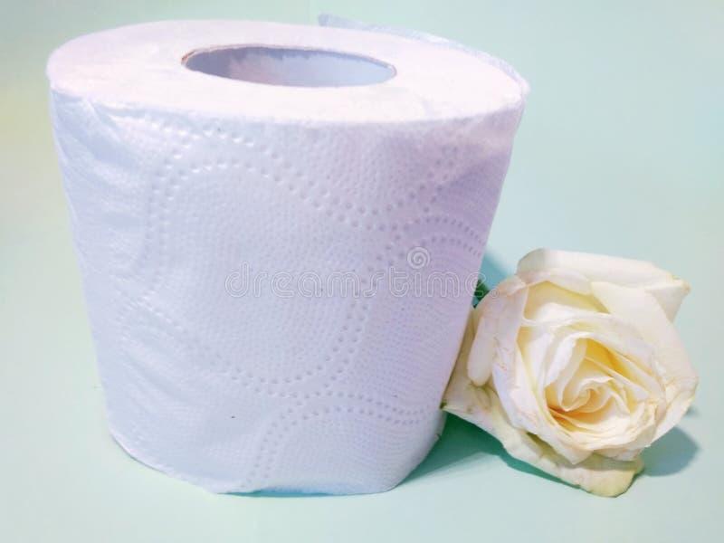 Toiletpapier met de geur van rozen royalty-vrije stock fotografie