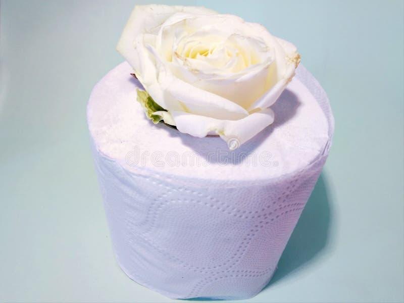 Toiletpapier met de geur van rozen stock foto