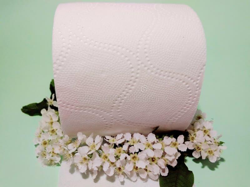 Toiletpapier met de geur van vogelkers royalty-vrije stock afbeeldingen