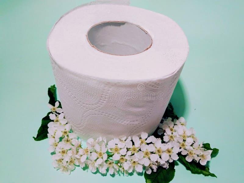 Toiletpapier met de geur van vogelkers stock fotografie