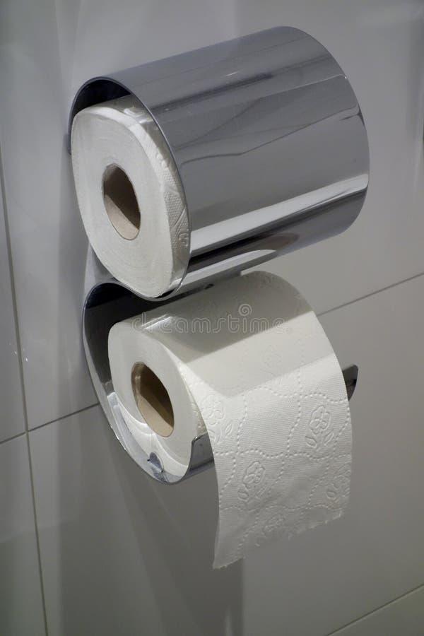 toiletpapier twee op een muur van de hotelbadkamers stock foto