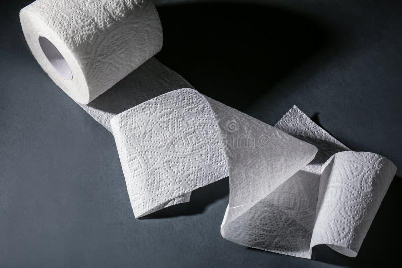 Toiletpapierbroodje op grijze lijst royalty-vrije stock foto