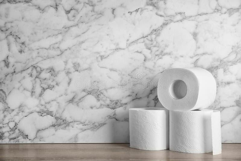 Toiletpapierbroodjes op lijst stock afbeelding