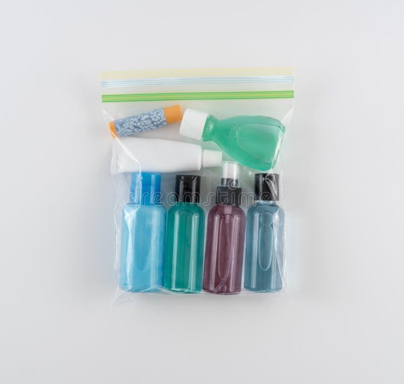 Toiletries ταξιδιού ταξινομημένη στην τέταρτο γαλλονιού πλαστική τσάντα στοκ φωτογραφίες