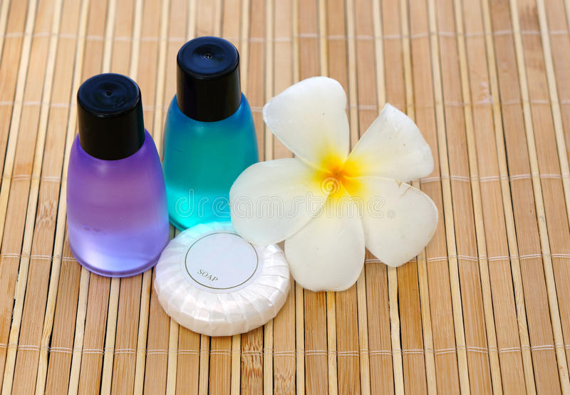 Toiletries i plumeria kwiat zdjęcia royalty free