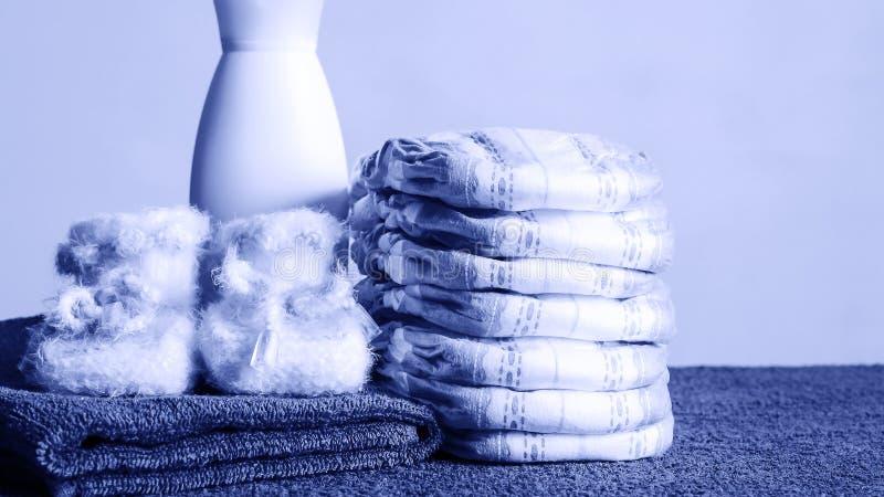 Toiletries i ręczniki kłama na stole Mydło i śmietanka dla byliśmy obraz royalty free