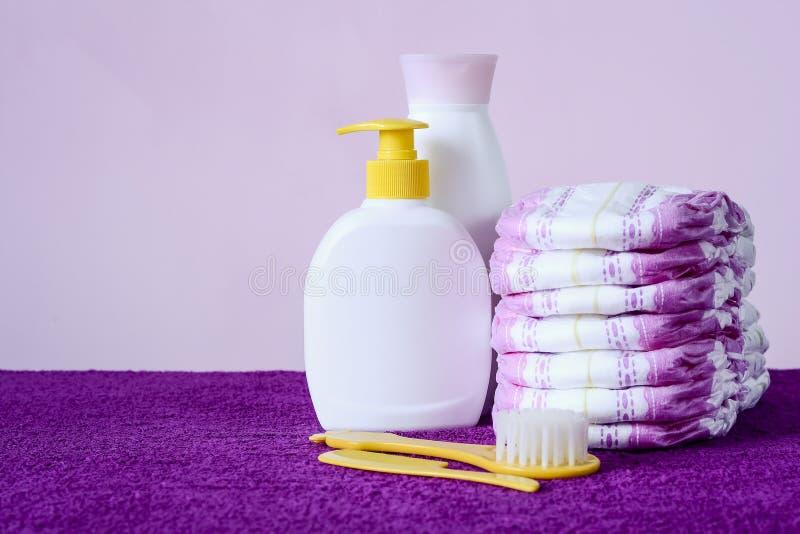 Toiletries i ręczniki kłama na stole Mydło i śmietanka dla byliśmy fotografia royalty free