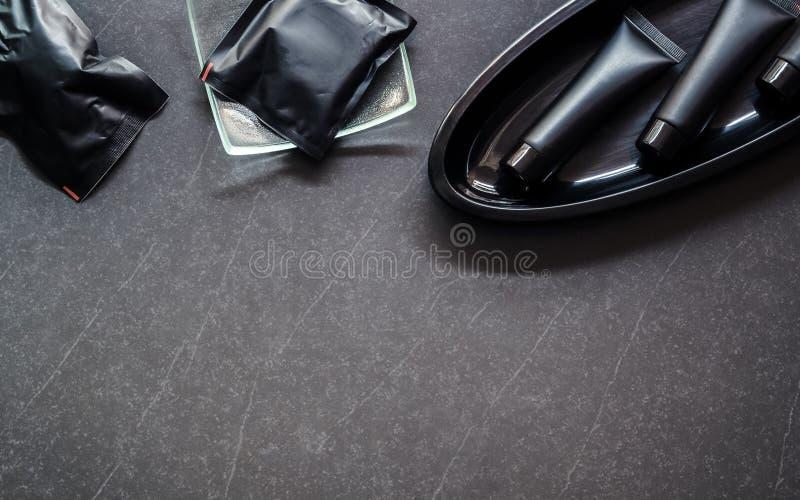 Toiletry reeks Zeepbar en Vloeistof en lichaamsbehandeling in zwarte pa royalty-vrije stock foto