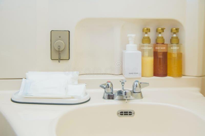 Toiletry torba z podr??y toiletries, ma?ymi plastikowymi butelkami higiena produkty i myd?em, obraz stock
